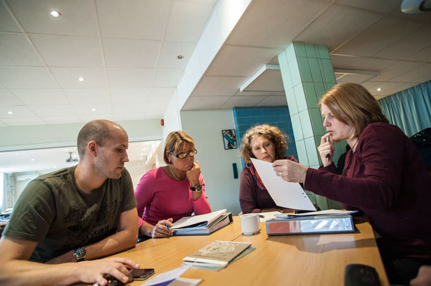 Kursdeltagarna resonerar i grupp utifrån verkliga fall hur de skulle hjälpa en utsatt kollega. Foto: Johan Svanestrand