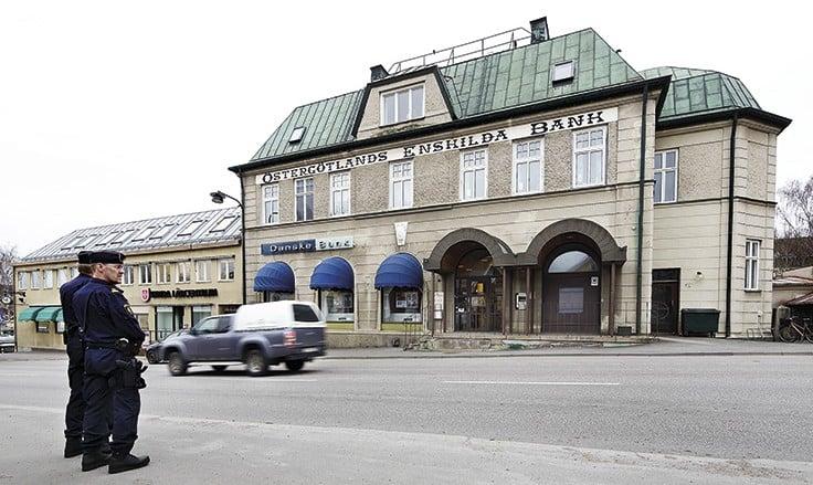 Närpoliserna Kenth Almroth och Peter Viveland från Linköping kom till Kisa någon timme efter rånet. Efter samlingen på polisstationen, som ligger strax bakom banken, fick de order att åka till Malexander. Då visste de att någon hade skjutit mot deras kollegor, men inte att de var döda. Foto: Peter Holgersson