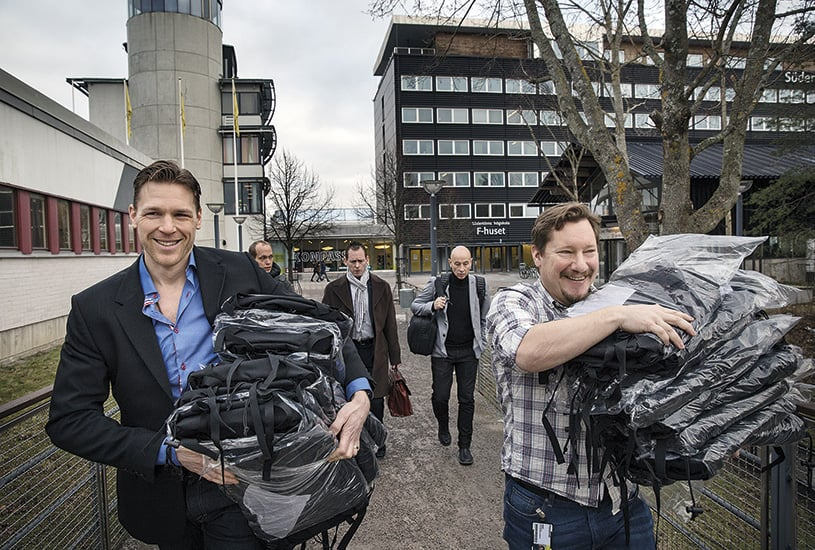 En ryggsäck med Södertörtns logga på ska delas ut till varje elev. Det har varit mycket förberedelser inför elevernas ankomst. Men nu är lärarkåren redo enligt akademiskt ansvarige Anders Fjällhed (i mitten med grå kavaj).