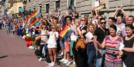 Rekordmånga åskådare kantade Stockholms gator. Jublet vid Kungsgatan steg när polisen paraderade förbi.