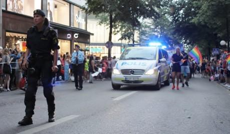 Israels ambassadör tågade i ekipaget framför, bakom poliserna gick HBTQ-vänliga kurder och sedan följde statsminister Löfven. Det fick till följd att det rörde sig många poliser i tjänst, såväl från Säpo som från Stockholmspolisen, runt poliserna i tåget