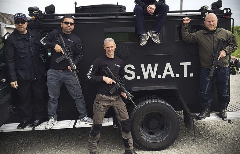 På skjutfältet utanför Green Bay under utbildning i vapen och taktik. Längst till höger står Johan Nordqvist, i mitten Jonas Schånberg.