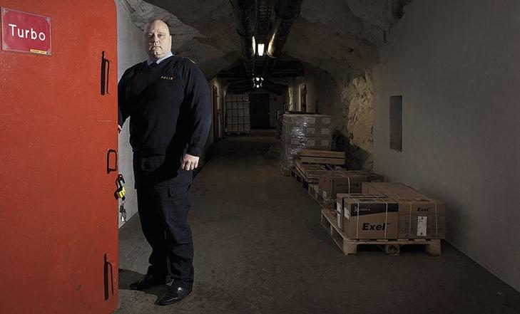 Kommissarien Ulf Viklund i det bergrum som Sundsvallspolisen hyr för sina narkotikabeslag. Foto: Terje Lindblom.
