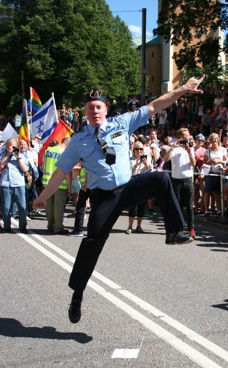 Västerortspolisen Erik Billving dansade längs Stockholms gator under lördagens Prideparad. Foto: Eva Schoultz