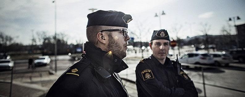 Gustaf och Andreas tillbaka på platsen där de utsattes för knivattacken. Foto: Petter Trens.