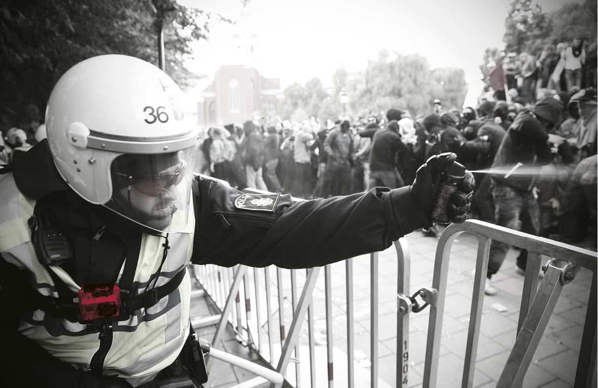 Redan i dag används kameror burna på kroppen, men några nationella riktlinjer för hur de ska användas inom polisen finns inte. Foto: Fredrik Persson/TT