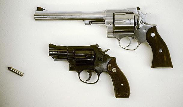 Två revolvrar av märket Smith & Wesson 357 Magnum, som tros vara vad som användes vid mordet på statsminister Olof Palme. Foto: Svenskt Pressfoto/ TT