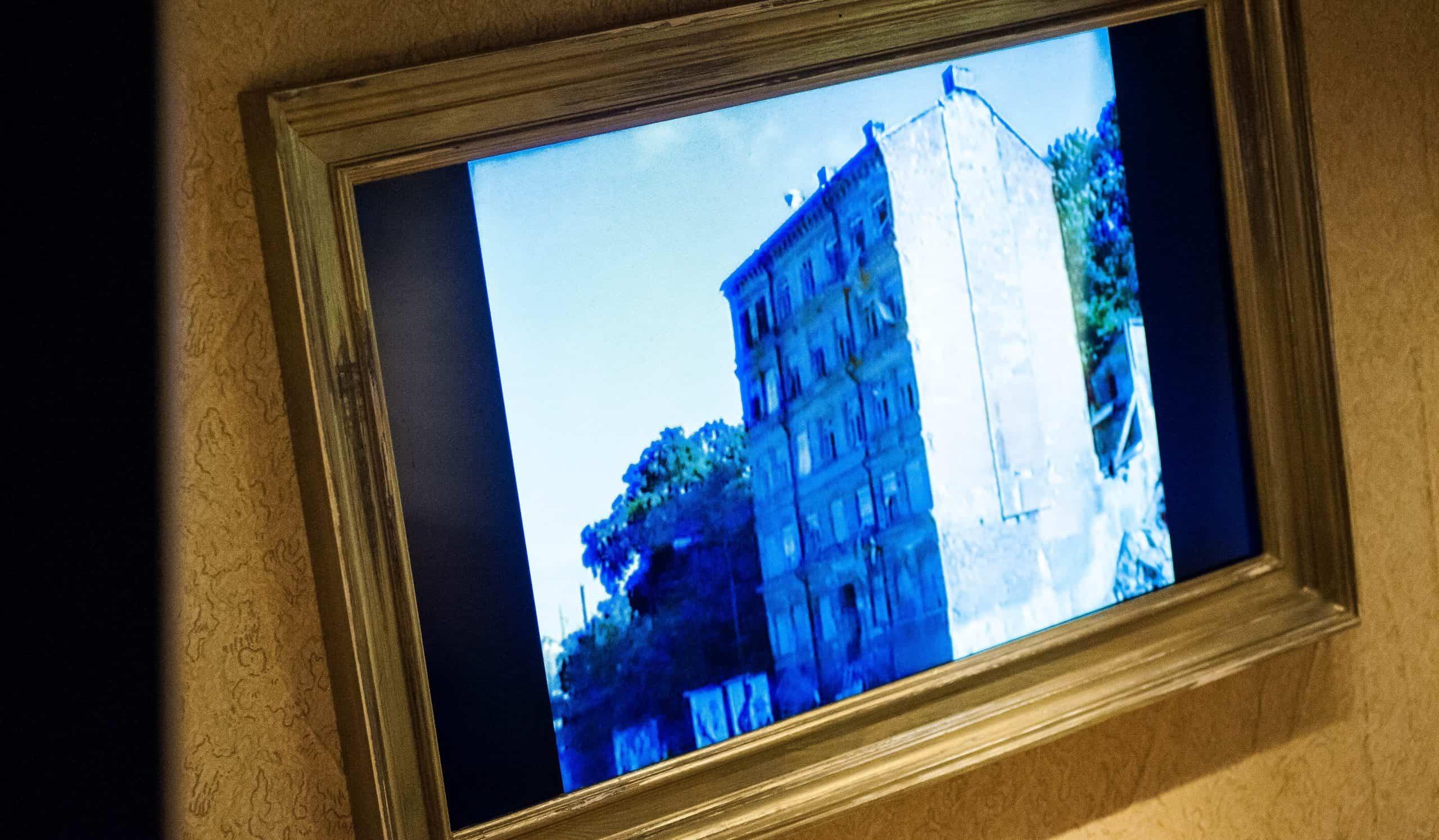 Apropå husockupationen på Folkungagatan på Södermalm på 90-talet. Fotot visar en stillbild från den film Polisen fotade vid insatsen, då man gjorde en inbrytning genom att klättra upp på en container utanför huset. Foto: Johan Svanestrand