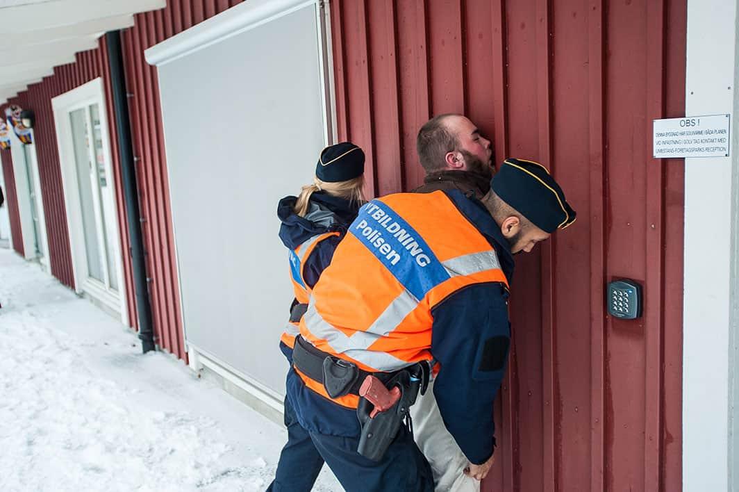 Övning pågår. Två studenter tar hand om en överförfriskad man, figuranten Oscar From. Foto: Johan Svanestrand.