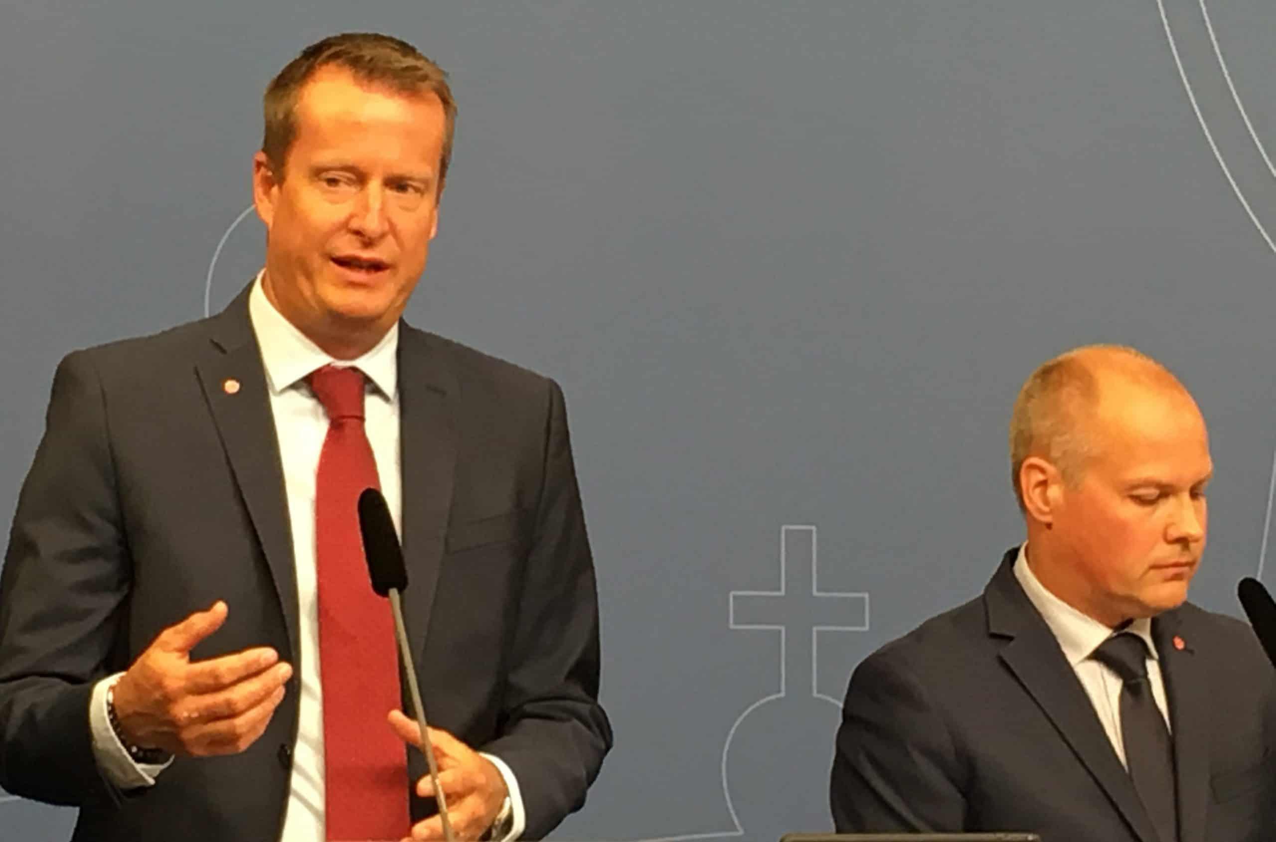 Anders Ygeman och Morgan Johansson vid onsdagens presskonferens i Rosenbad. Foto: Ossian Grahn